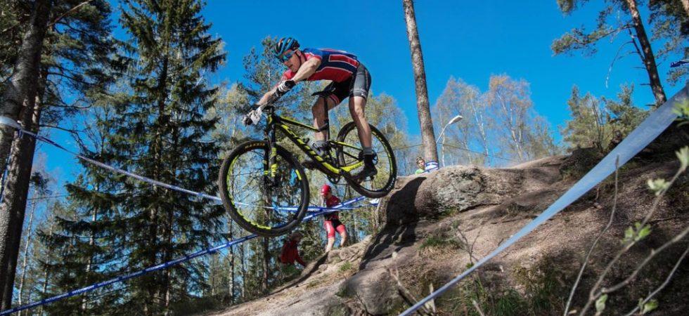 Syklist hopper ned et berg